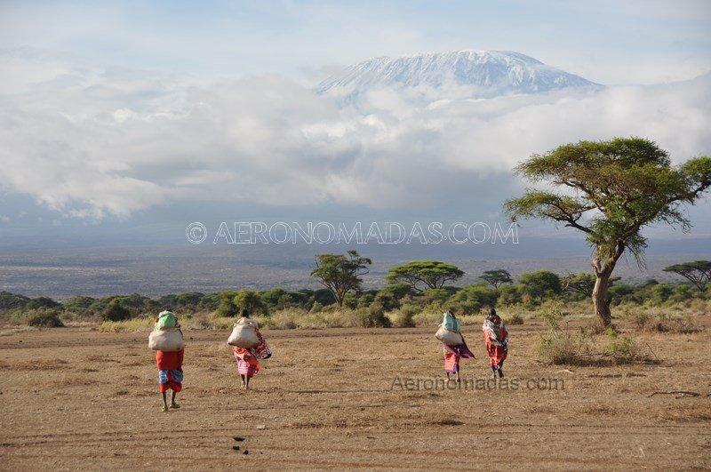 Mujeres Masai hacia Kilimanjaro
