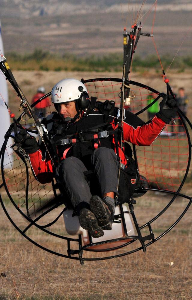 cesar maldonado volando en paramotor