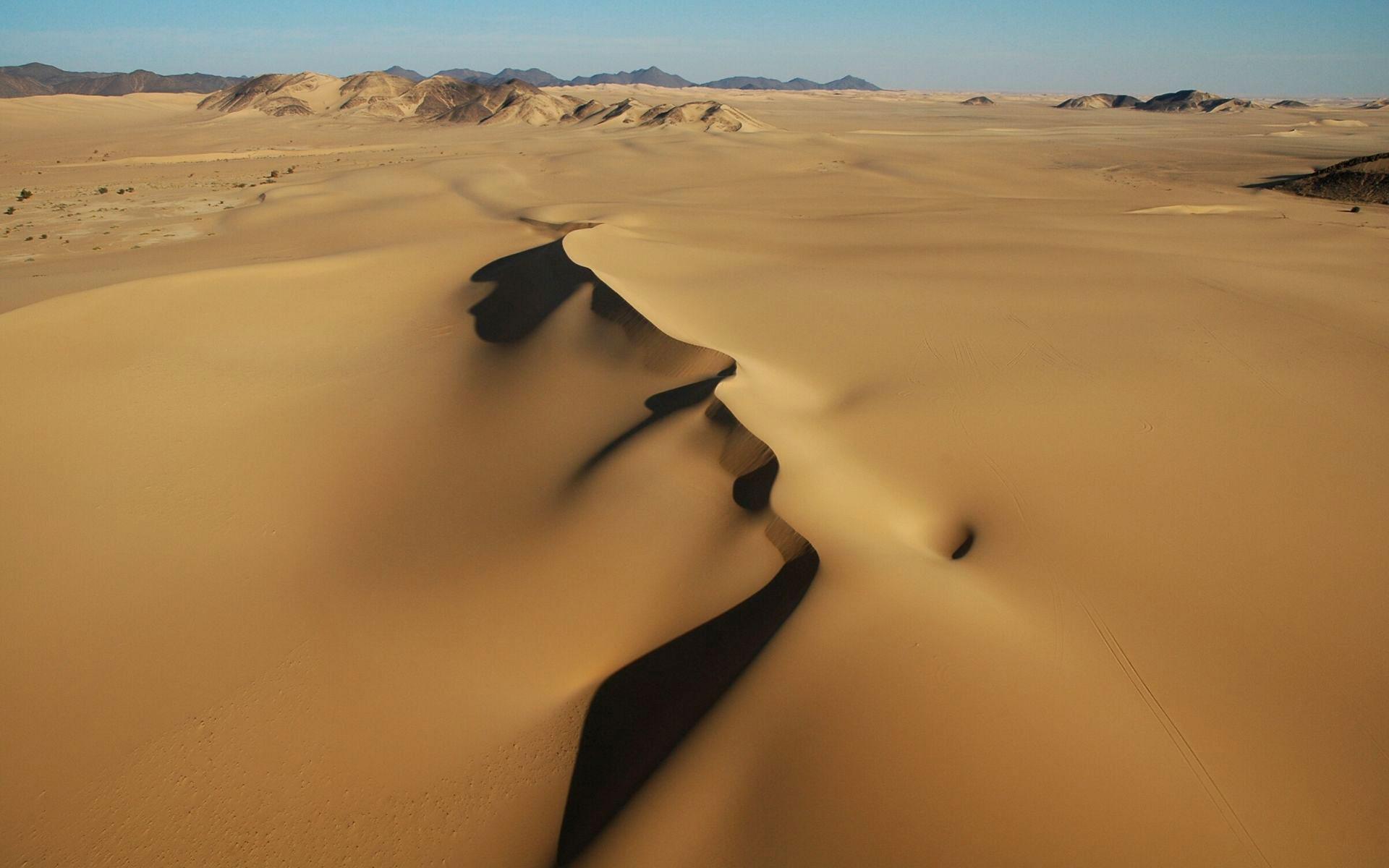 desierto del sahara con paramotor