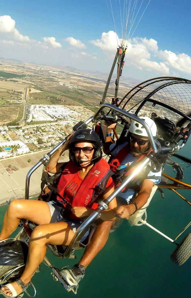 mujer volando en paratrike