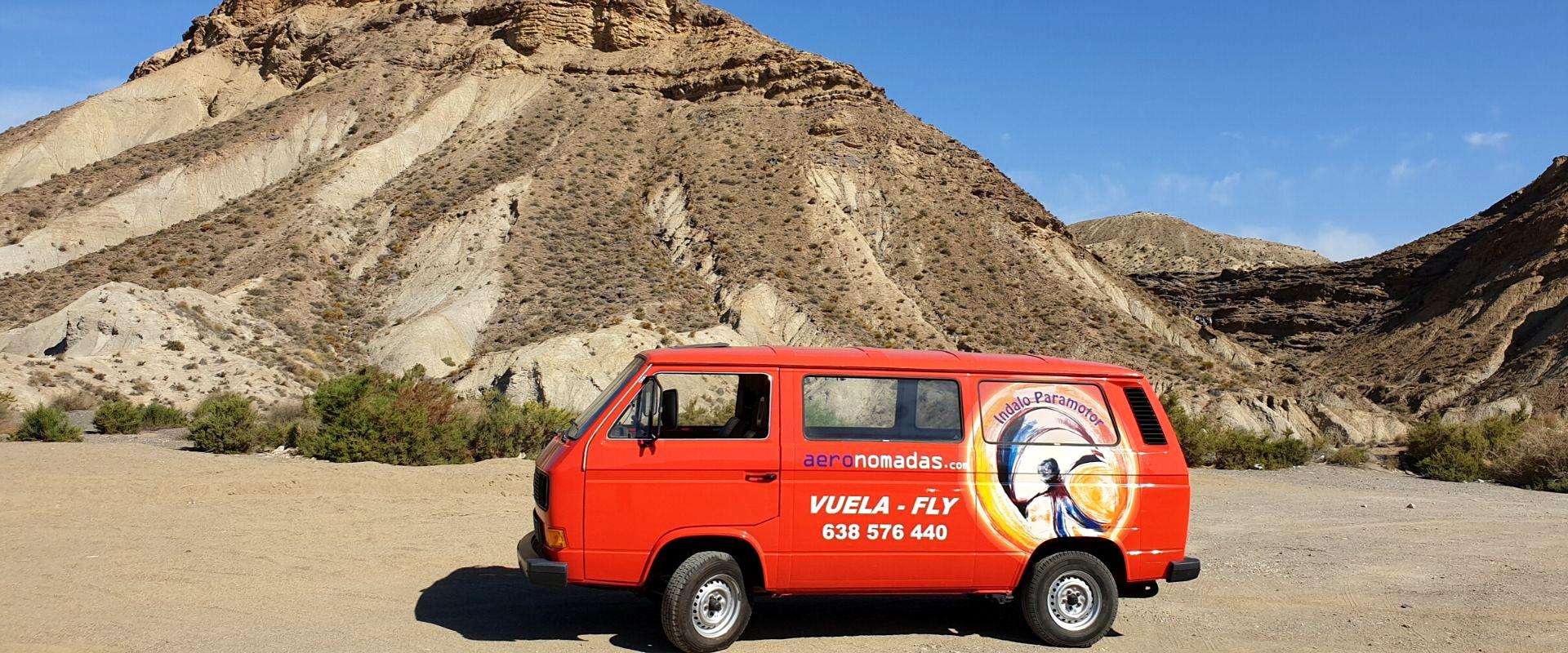 Furgoneta antigua indalo paramotor en desierto tabernas